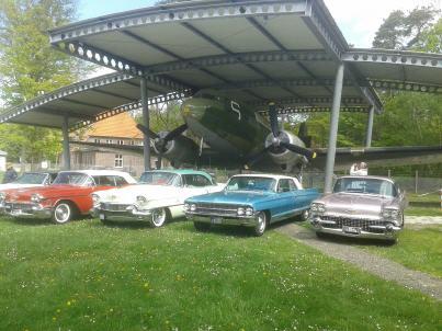 Ein tolles Bild: Einige der Cadillacs hatten sich vor dem FASSBERG FLYER zu einem Gruppenfoto aufgereiht. Foto: Paul Hicks