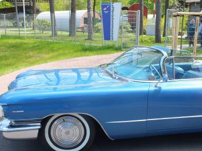 Ein Cadillac parkte direkt vor dem Haupteingang zum Museum. Foto: Paul Hicks
