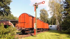 Auf dem Gelände befinden sich auch zwei geschlossene Eisenbahnwaggons, in denen die Kohle aus dem Ruhrgebiet nach Faßberg transportiert wurde. Foto: Chris Böttcher, TAusbZLw